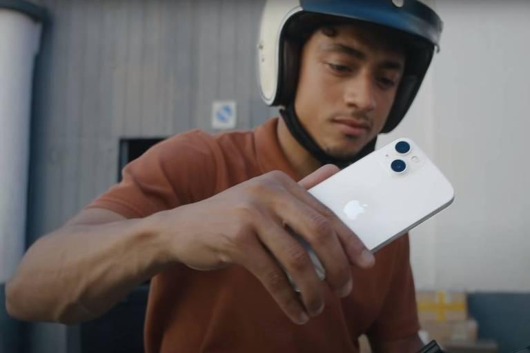 Comprar iPhone nos EUA demanda 12 dias de trabalho com salário mínimo; no Brasil, 6 meses