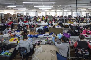 Industria brasileira de brinquedos ganha mercado na pandemia: Funcionarias  da fabrica de brinquedos Elka Plasticos (que teve alta de demanda na pandemia) trabalham no setor de montagem e acabamento dos brinquedos