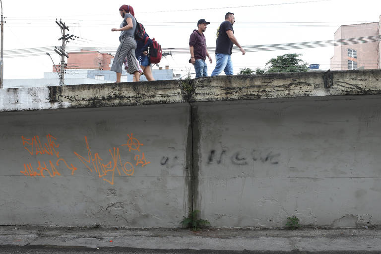 Pedestre corre risco de queda em viaduto sem grades no centro de SP
