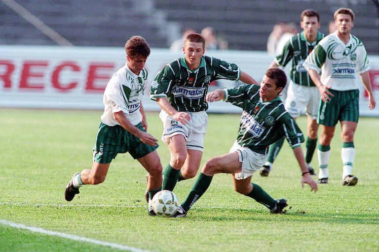Palmeiras (de camisa listrada) e Juventude se enfrentam pelo Campeonato Brasileiro de 1996