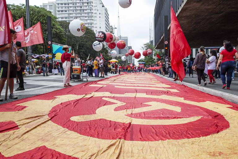 Manifestantes começam a se reunir na Avenida Paulista