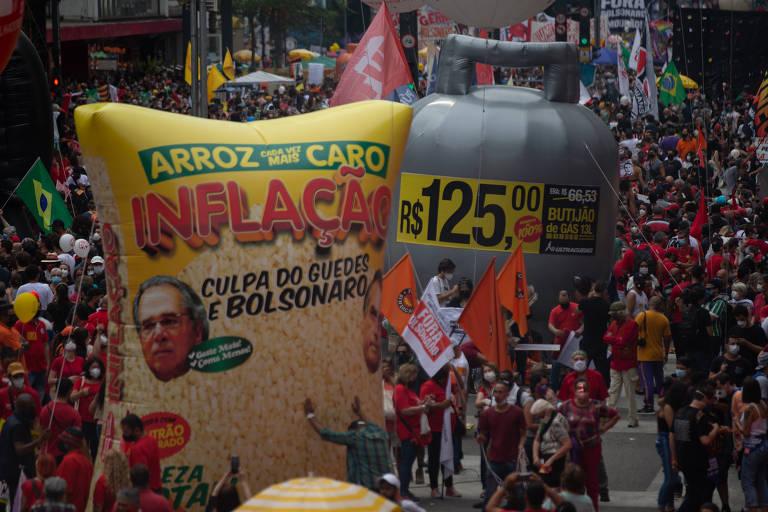Em protesto contra o presidente Jair Bolsonaro (sem partido) na avenida Paulista, movimentos de esquerda fazem críticas à alta nos preços dos alimentos e do gás