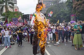 Manifestantes incendeiam boneco de Jair Bolsonaro na avenida Paulista (SP)