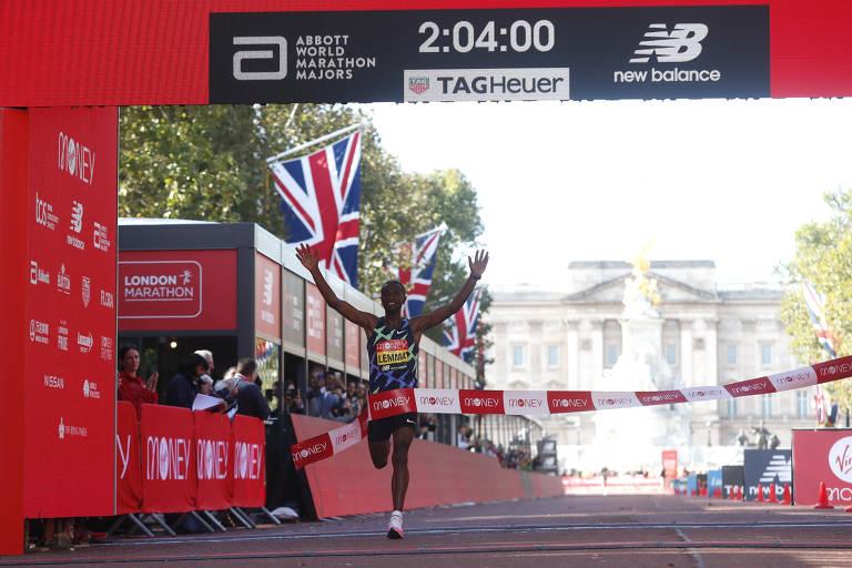Sisay Lemma cruza linha de chegada na Maratona de Londres