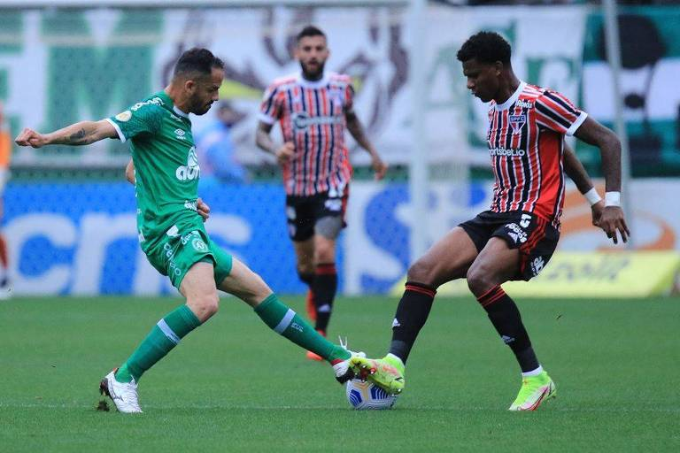 Arboleda (à dir.) disputa a bola durante partida entre Chapecoense e São Paulo