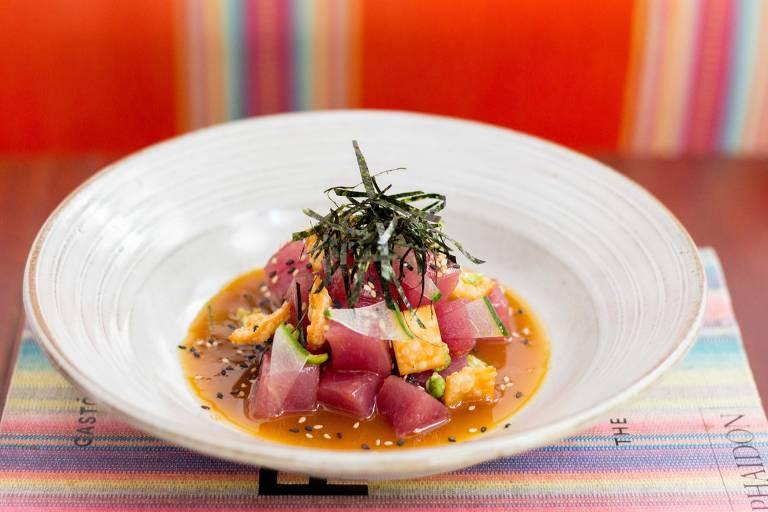 Ceviche Nikkei do La Peruana tem atum, ponzu de laranja Bahia, crocante de wasabi, pepino japonês (kiuri), gergelim, nori e wonton