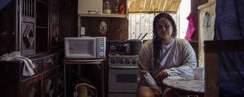 ***EXCLUSIVO*** BRASIL - ELDORADO, RS - 21/09/2021 - Retrato de Luciele Malaguez, 37. Ela e personagem de uma materia especial sobre a pobreza no pais. Luciele fez Pronatec em 2016, mas nunca conseguiu vaga na area. Ano passado, ela perdeu o emprego como garçonete, e enfrenta dificuldades com a família que mora na regiao das ilhas de Porto Alegre. Foto: Daniel Marenco/FolhaPress