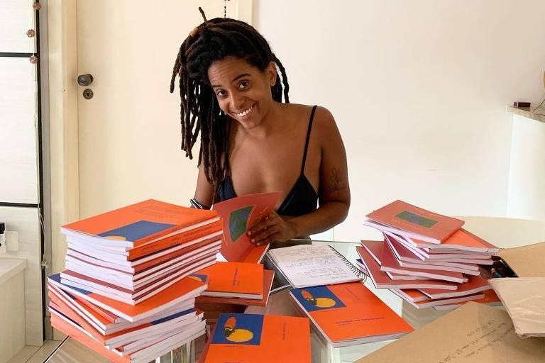 """Manoela Ramos autografa seu livro """"Confissões de Viajante (Sem Grana)"""""""