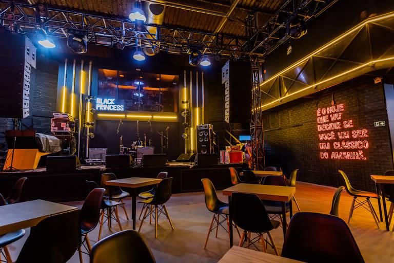 Área principal da Black Princess House; pelo palco, passarão artistas como Tuyo e Marina Sena