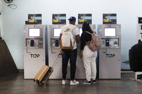 SAO PAULO, SP, BRASIL.- 05.10.2021 - Metro e CPTM vão fechar as bilheterias e adotar maquina de venda avulsa de bilhetes com QR Code. MAquina com problemas na estação Tiete  - (foto: Rubens Cavallari/Folhapress,Especias - Na ruas)