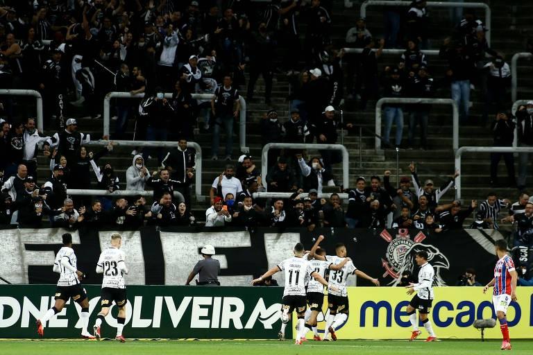 Corintianos comemoram o segundo gol da equipe contra o Bahia, marcado por Cantillo