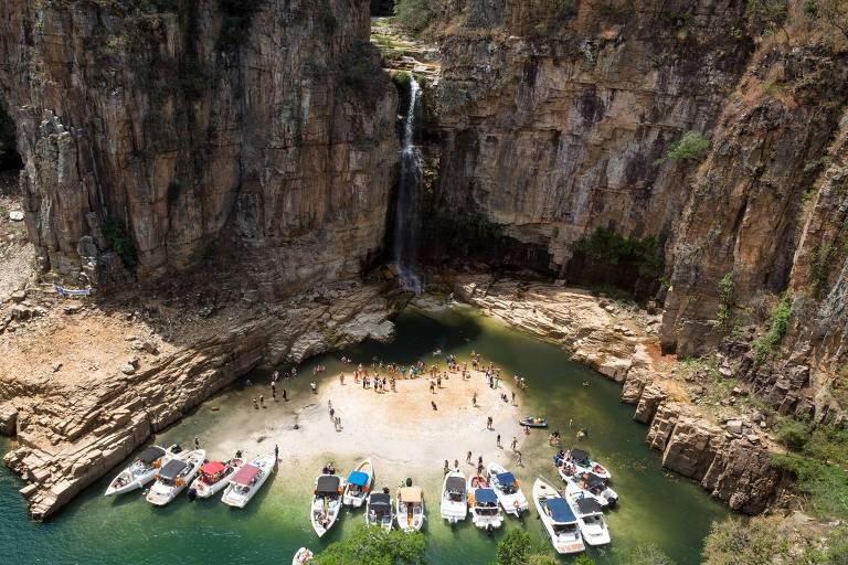 Capitólio (MG) atrai turistas em busca de água mesmo com baixo nível do lago de Furnas