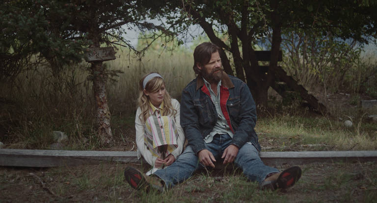 Joe, papel de Sasha Knight, cresceu admirando o pai, vivido por Steve Zahn, um caubói moderno que sofre de alcoolismo e transtorno de bipolaridade