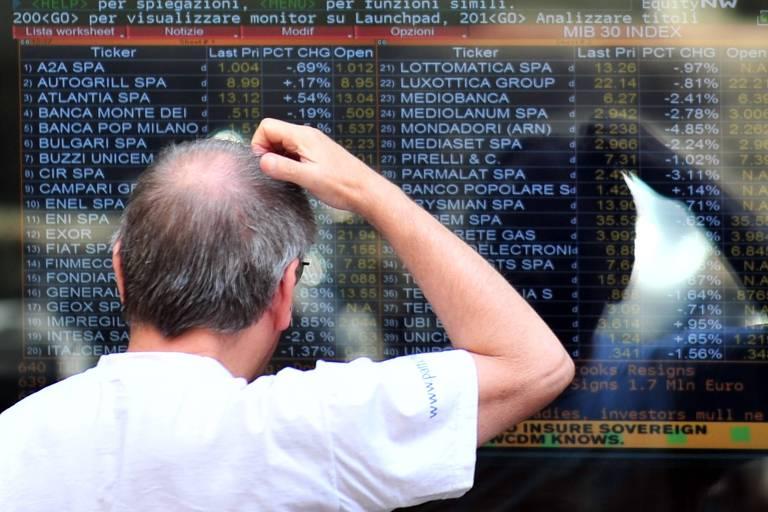 Bolsa cai em dia de altas globais, e dólar sobe apesar de intervenção do BC