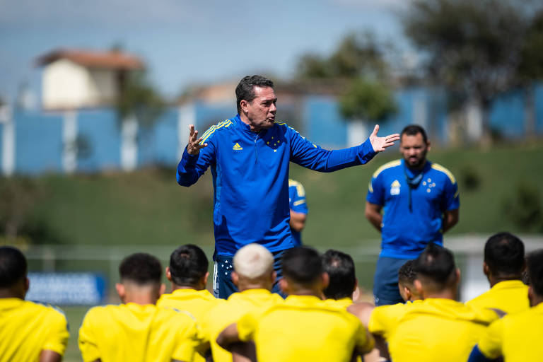 O técnico Vanderlei Luxemburgo comanda treino do Cruzeiro na Toca da Raposa
