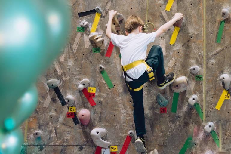 Na Casa de Pedra, as crianças podem praticar escalada