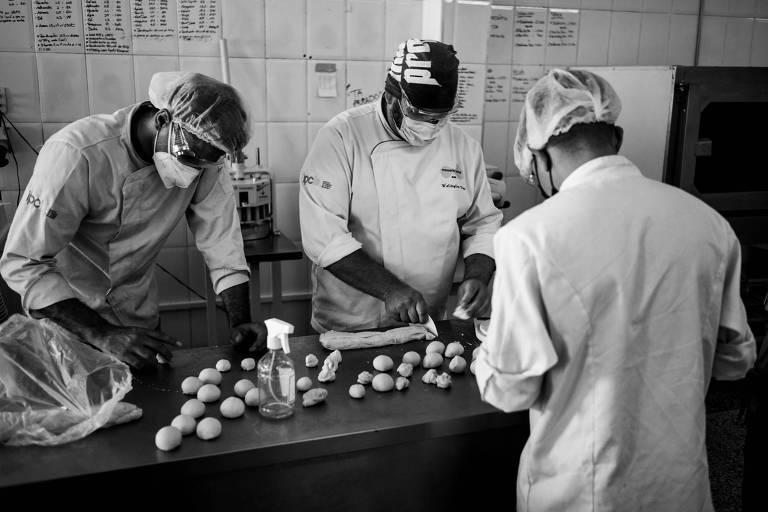 Padeiros tocam a produção no novo espaço do projeto Pão do Povo da Rua, no Bom Retiro
