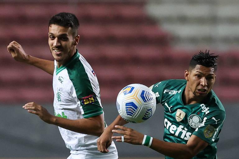 Rony (à dir.) disputa a bola durante partida entre Palmeiras e América-MG