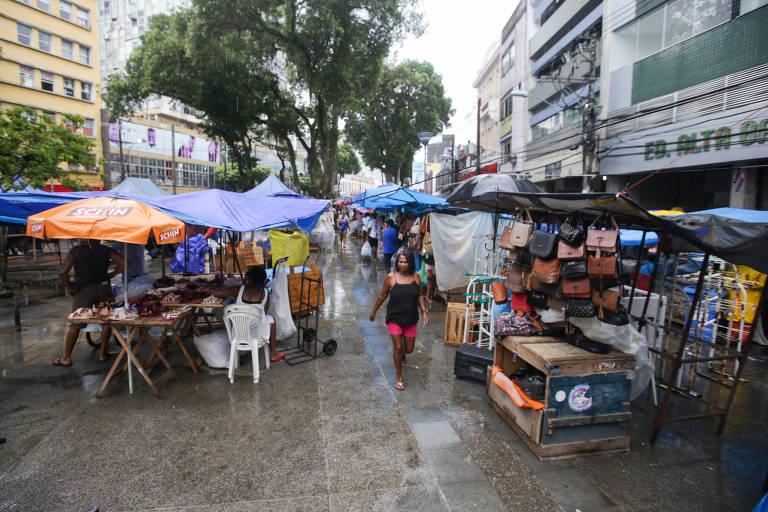 Emprego informal dobra e 'ioiô' na renda empobrece brasileiro