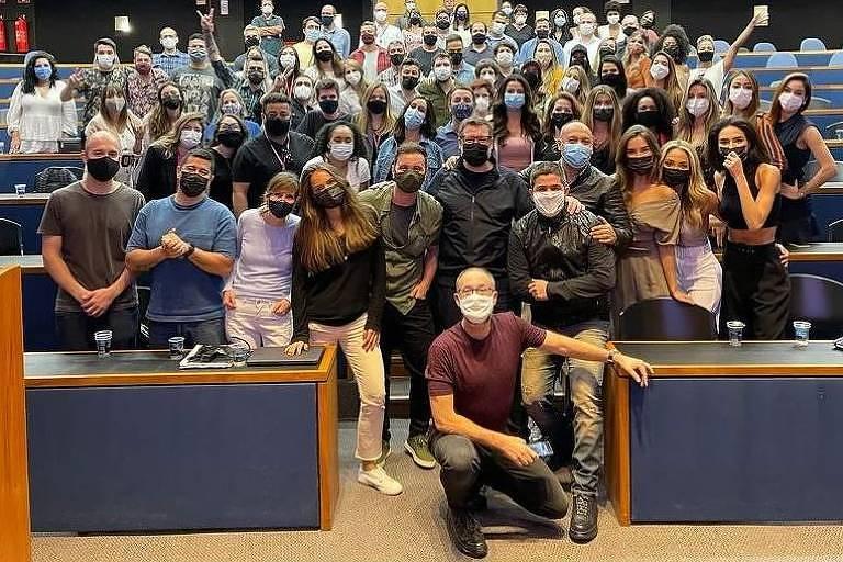 Equipe do 'Faustão na Band' posa para foto após grande reunião