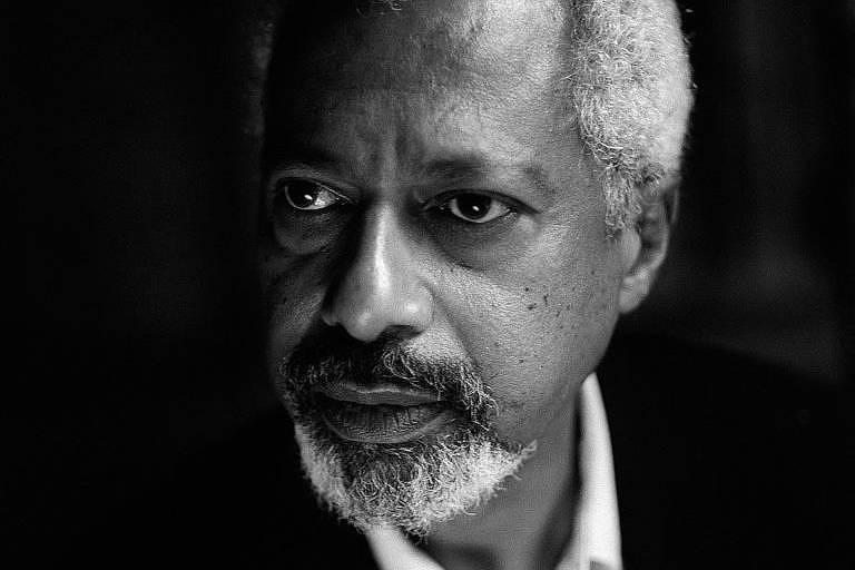 homem negro em retrato em preto e branco