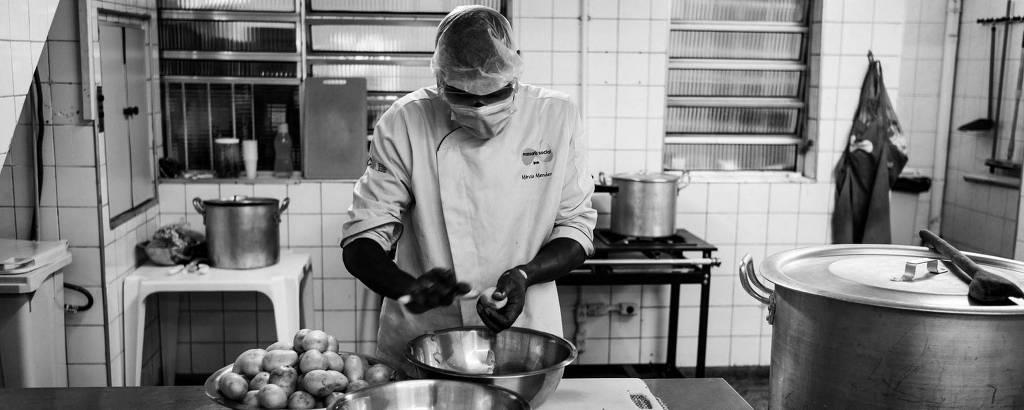 Cozinheiro do projeto Pão do Povo da Rua, que agora abre padaria, cozinha na sede no Bom Retiro