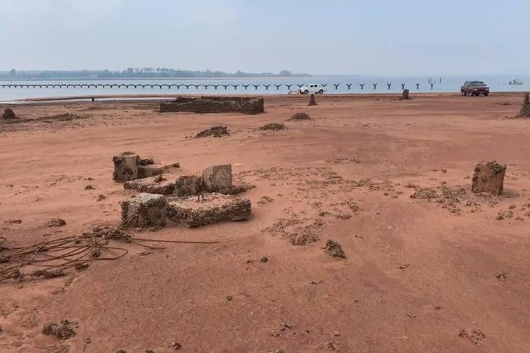 Rio Paraná recua 200 metros e ruínas de cidade submersa ressurgem em SP