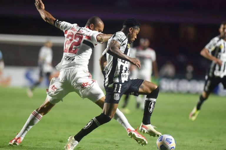 Miranda e Marinho disputa a bola durante clássico entre São Paulo e Santos no Morumbi
