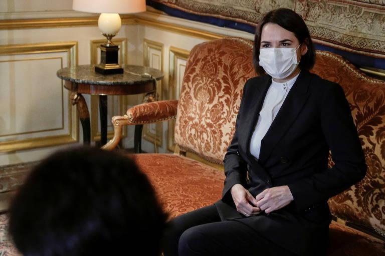 A líder da oposição da Belarus, Svetlana Tikhanovskaia, durante reunião com o chanceler da França, Jean-Yves Le Drian, em Paris