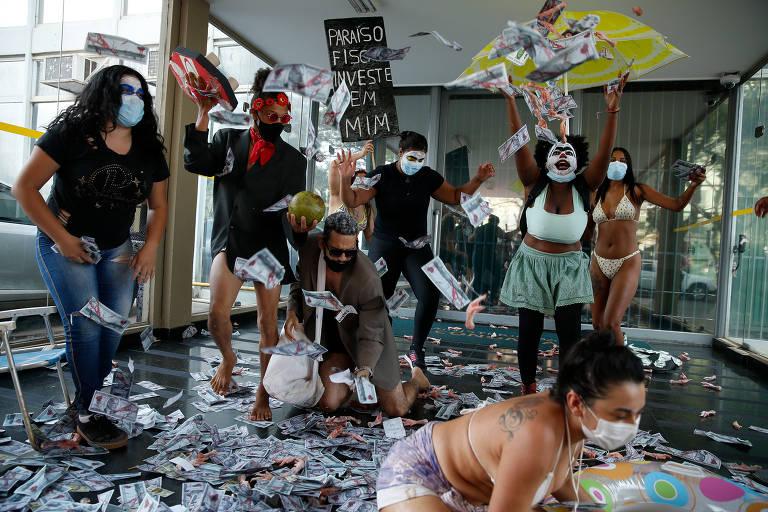 Grupo de integrantes do MST (Movimento dos Trabalhadores Sem Terra) faz ato no Ministério da Economia contra Paulo Guedes, em Brasília