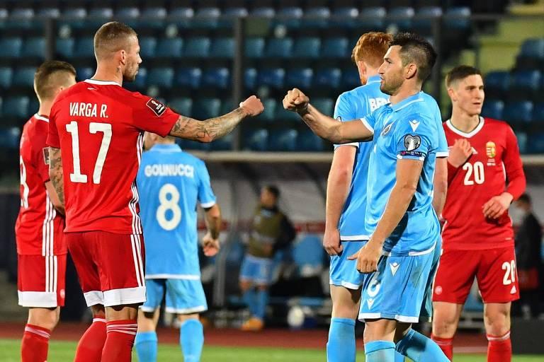 Roland Varga (de vermelho), cumprimenta Dante Rossi, de San Marino após partida entre as duas seleções nas eliminatórias