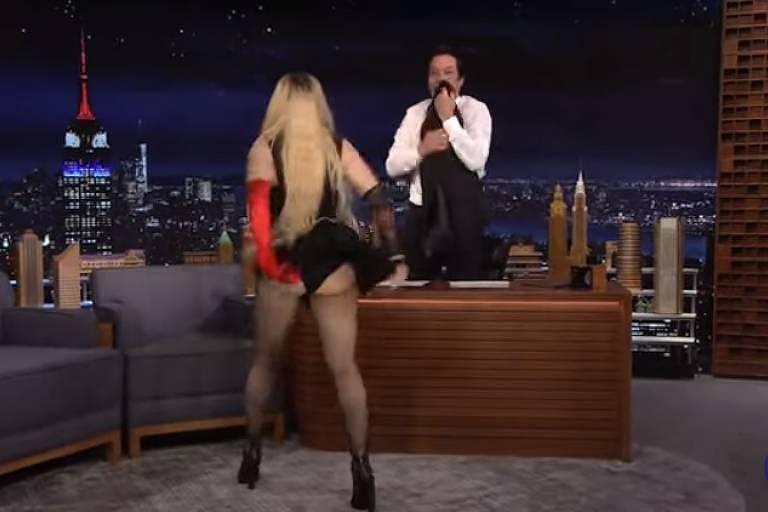 Madonna levanta a saia durante entrevista