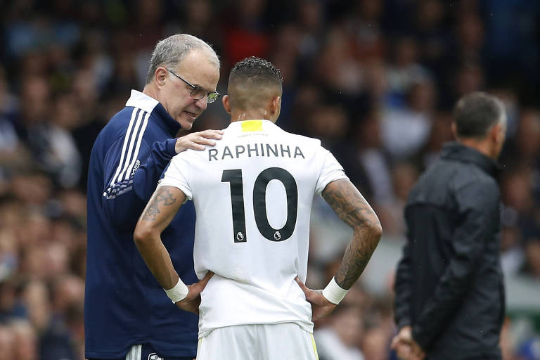 Raphinha ouve orientações do técnico Marcelo Bielsa