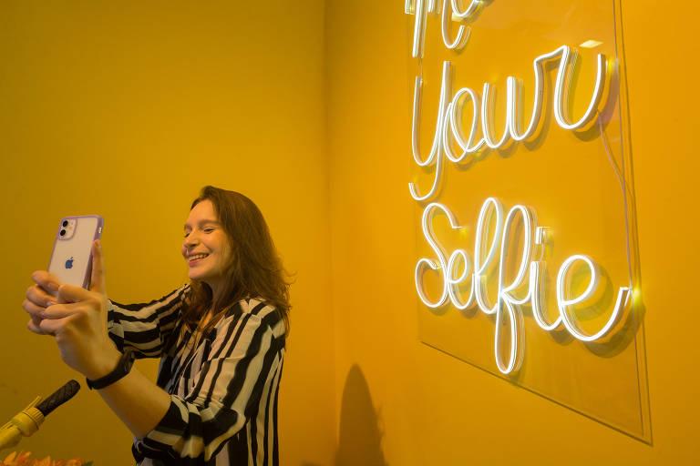 O shopping West Plaza, na Água Branca (zona oeste da cidade de São Paulo), inaugura o Museu da Selfie, que conta com 27 cenários diferentes para fotografia. Na foto, Letícia Riva, 26 anos.