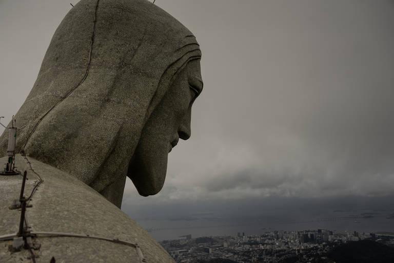 detalhe de estatua com ceu ao fundo