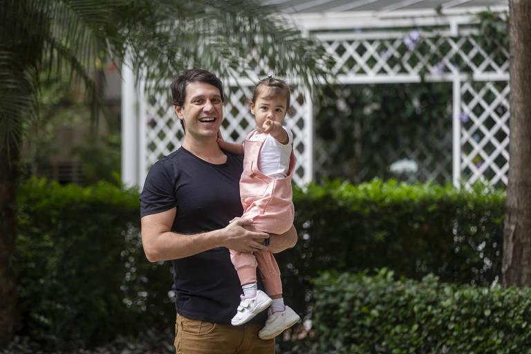 Gestor de recursos Luiz Fernando Alves, do fundo Versa Long Biased, junto com a filha Liz, de apenas 2 anos de idade