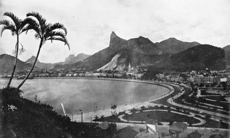 Foto em preto e branco de paisagem com montanhas e palmeiras