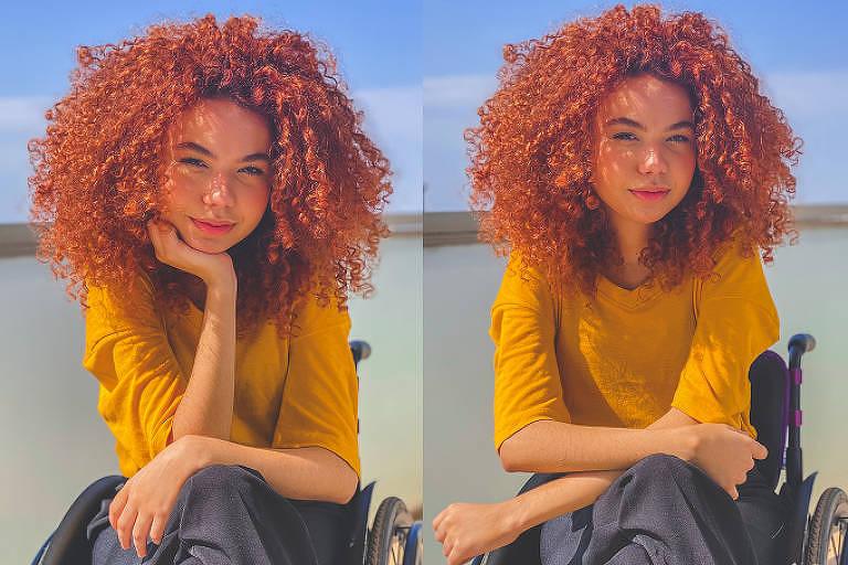 Duas fotos semelhantes, uma ao lado da outra, de uma mulher ruiva, de cabelos longo e cacheados, de blusa amarela e calça cinza, sentada em uma cadeira de rodas. O que difere uma foto da outra é que na primeira foto a mulher está com a mão no queixo e está levemente sorrindo. O fundo é neutro, dividido em uma parece em tom de azul claro embaixo e o céu em cima