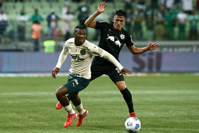 Patrick de Paula, do Palmeiras, disputa a bola com Cuello, do Bragantino, na noite deste sábado (9), durante derrota do time da capital para a equipe do interior