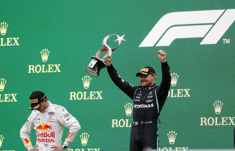 No pódio com o holandês Max Verstappen cabisbaixo, o finlandês Valtteri Bottas ergue o troféu do GP da Turquia