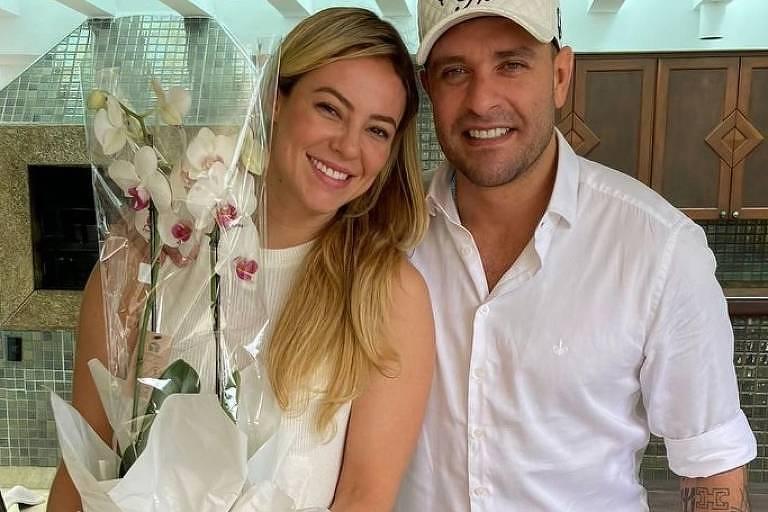 Paolla Oliveira posa com Diogo Nogueira em cartório