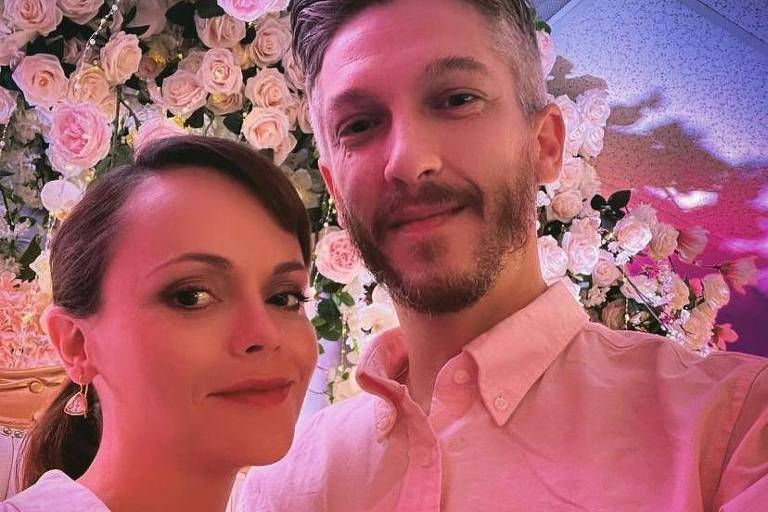 Christina Ricci anuncia casamento com hairstylist Mark Hampton; casal espera primeiro filho juntos