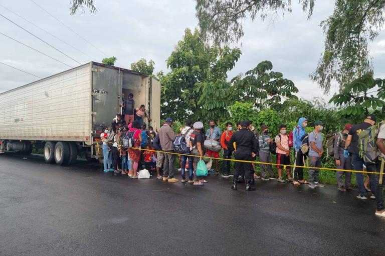 Cem imigrantes são descobertos em contêiner abandonado