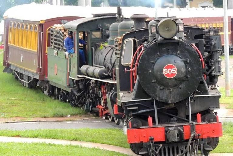 Trem turístico na Avenida Ivan de Abreu Azevedo, em Campinas