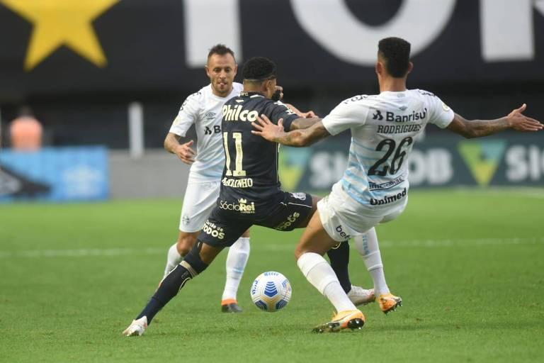 Marinho é bem marcado durante partida entre Santos e Grêmio