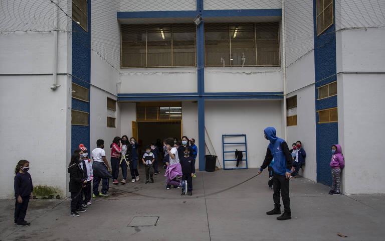 Crianças pulam corda no intervalo da Emef Sylvia Martin Pires, na Saúde