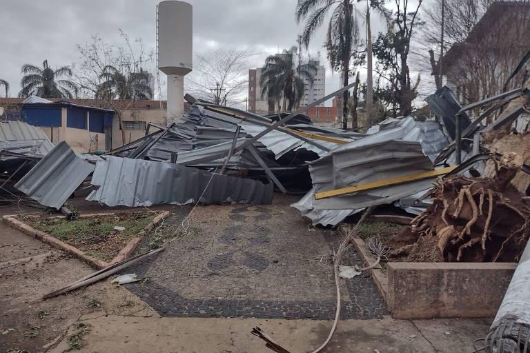 Tornado arranca mais de 100 árvores, destelha casas e deixa rastro de destruição em Pirassununga (SP)