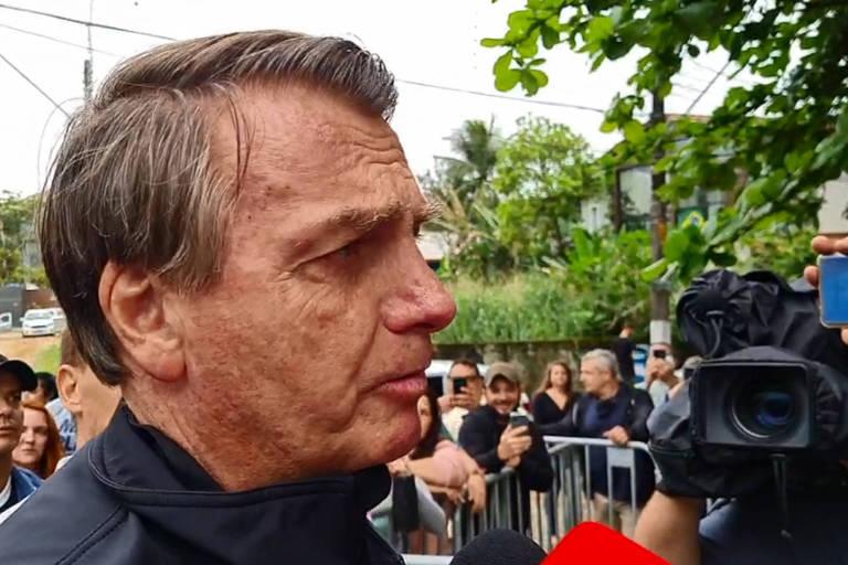 O presidente Jair Bolsonaro ao falar com apoiadores em Guarujá (SP)
