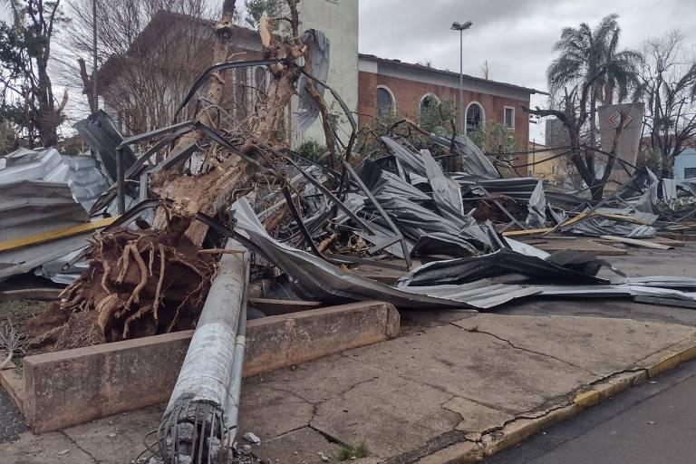 Tornado deixa estragos em Pirassununga (SP)