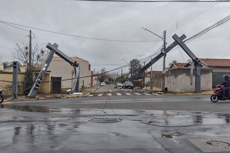 Imagem mostra semáforos que sofreram danos após tempestade registrada na cidade do interior paulista